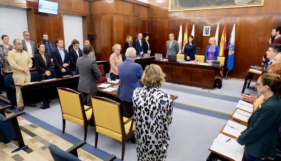 Santander recuerda con un minuto de silencio al exconcejal Santiago Pérez Obregón y a la exministra Carmen Alborch