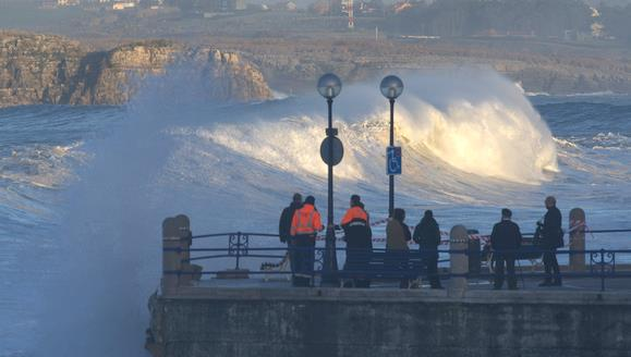 Santander activa esta noche el dispositivo preventivo por fenómenos costeros adversos / Foto: temporal en Santander, archivo CANTABRIA DIARIO