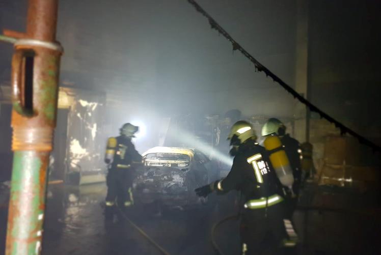 Bomberos del 112 extinguen un incendio en una nave de Meruelo