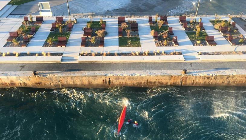 El helicóptero del Gobierno rescata a un piragüista en la bahía de Santander