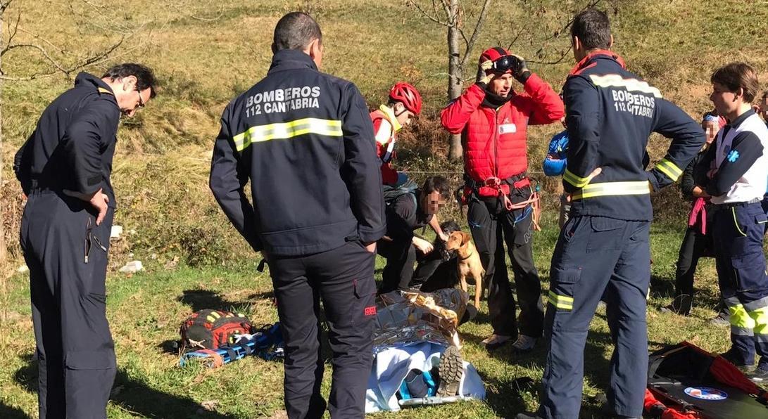 El helicóptero del Gobierno rescata a un senderista con una pierna rota en Camaleño