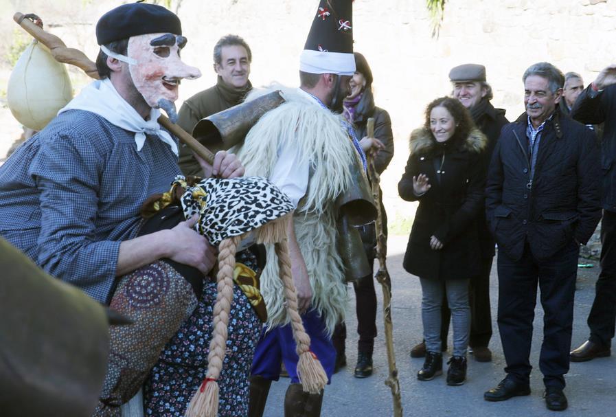 Revilla y Díaz Tezanos asisten a la fiesta de la Vijanera de Silió, el primer carnaval del año en Europa