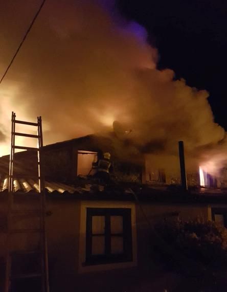 Bomberos del 112 extinguen un incendio en una vivienda de Rozadío