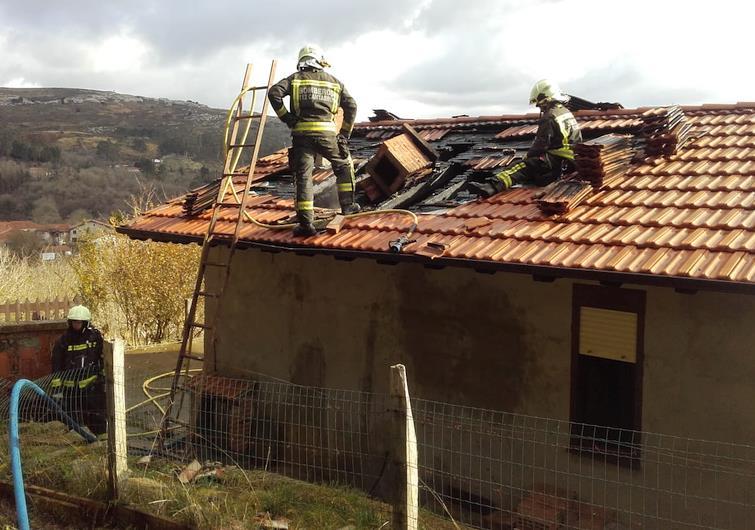 Bomberos del 112 extinguen un incendio en una vivienda de Udías