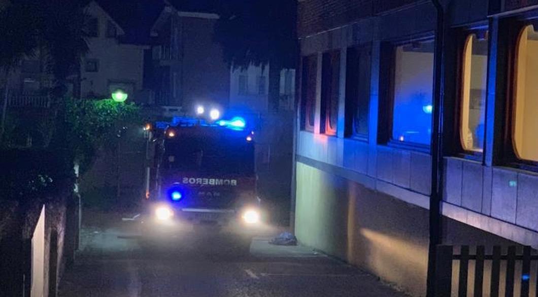 Cinco personas ingresadas por inhalación de humo tras el incendio de un vehículo en un garaje de Noja