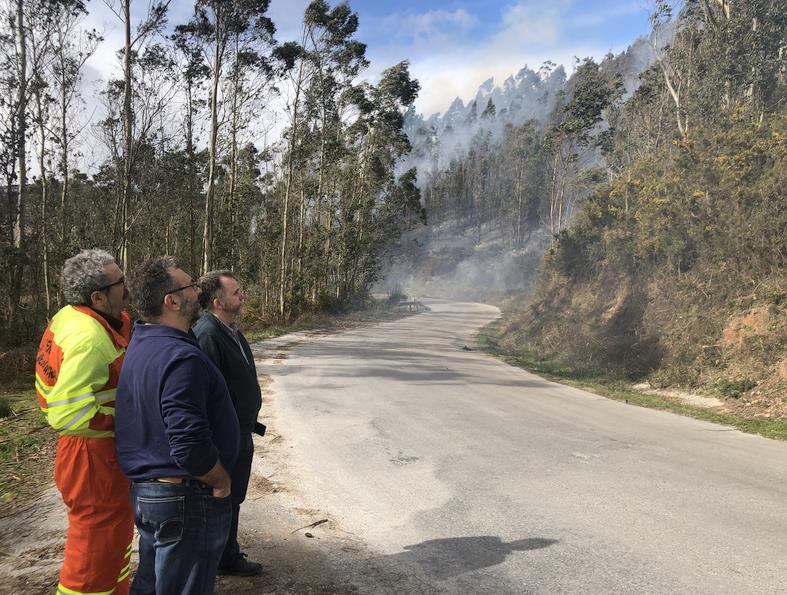 Preocupan especialmente dos de los cinco incendios activos a mediodía en Cantabria