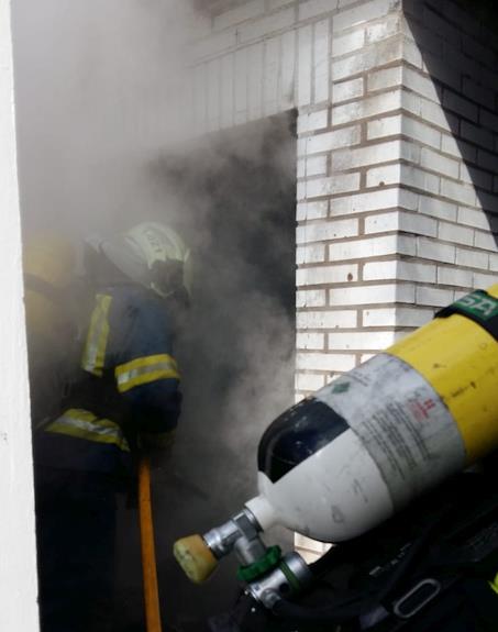 Bomberos del 112 extinguen un incendio de botellas de butano en un camping de Noja