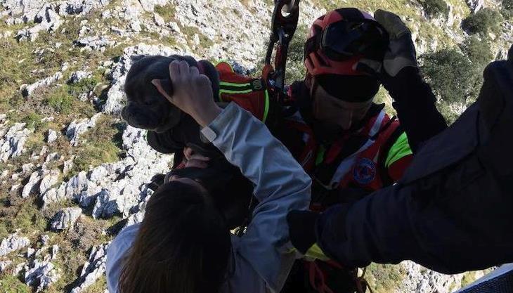 El helicóptero del Gobierno rescata a dos senderistas en el macizo de Candina