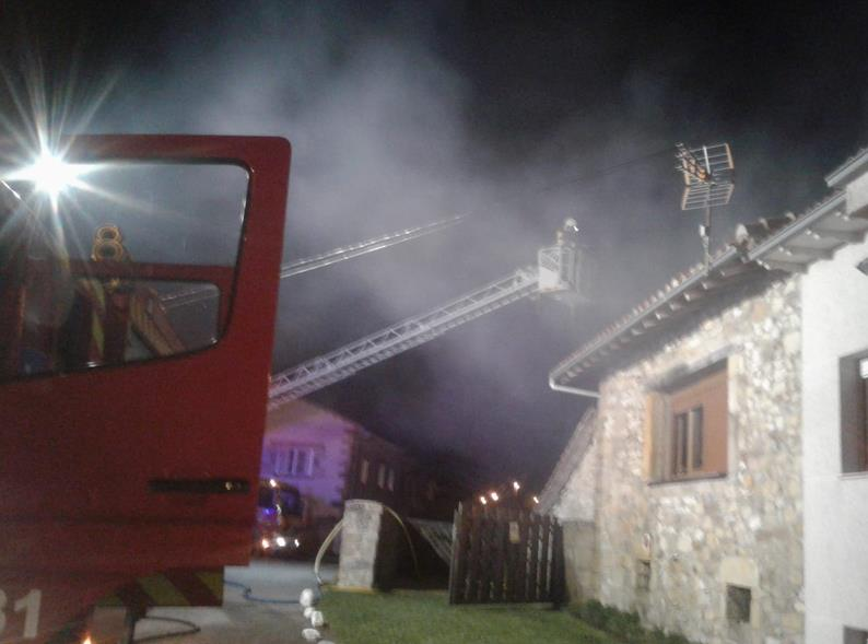 Bomberos del 112 extinguen un incendio en una vivienda de Orzales