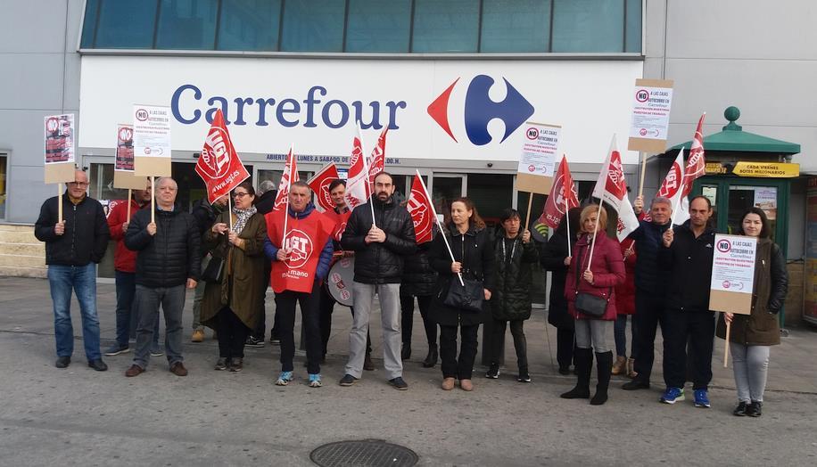 UGT advierte de que la implantación de cajas autocobro en Carrefour es una medida 'para reducir plantilla'
