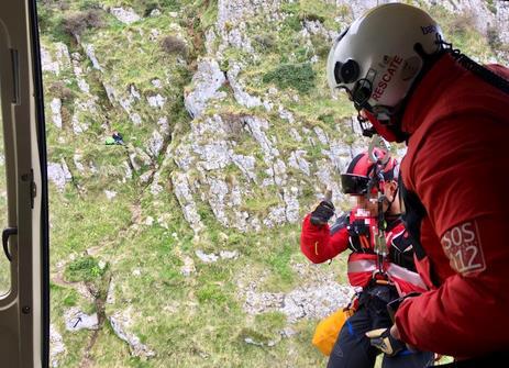 El helicóptero del Gobierno rescata a un peregrino atrapado en el monte Candina