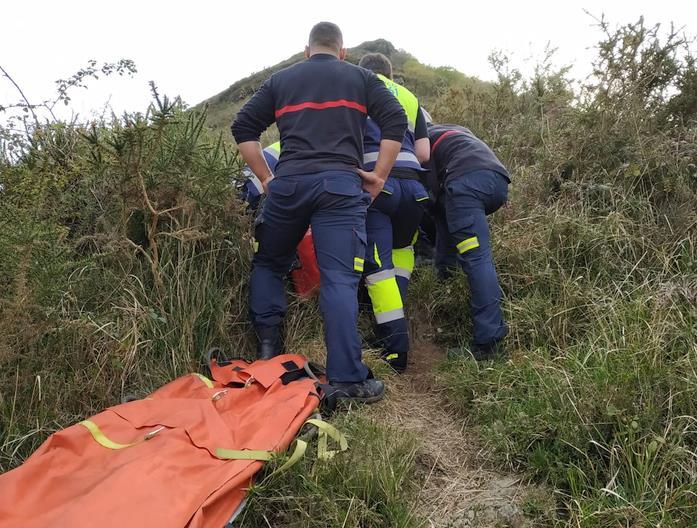 Evacuada una senderista lesionada en una zona de monte de Pedredo