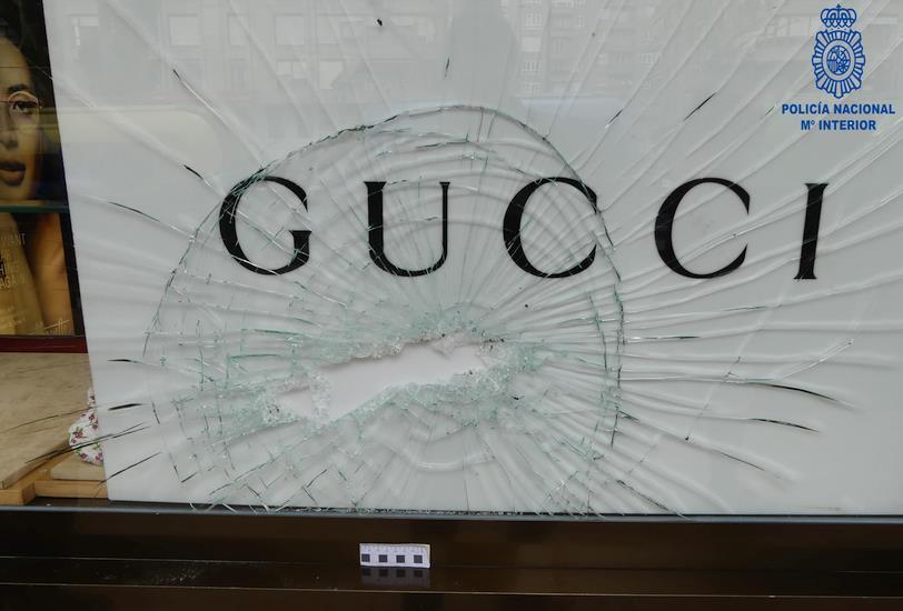 Detenido por robo tras reventar el escaparate de un comercio con una tapa de alcantarilla