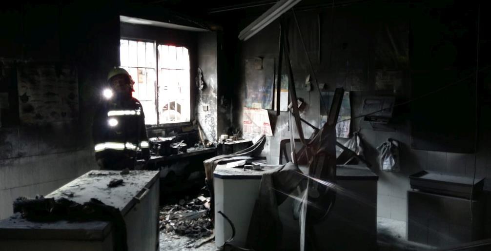 Bomberos del 112 extinguen un incendio en una pescadería de Santoña