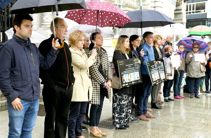 Santander guarda un minuto de silencio en recuerdo de las mujeres asesinadas en Córdoba, Huelva y Valencia