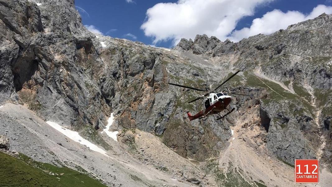 El helicóptero del Gobierno de Cantabria evacúa a un hombre accidentado en el Parque Nacional de los Picos de Europa