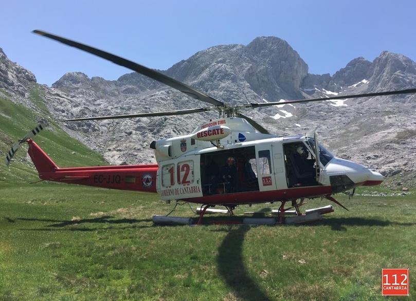 El helicóptero del Gobierno rescata a una montañera con posible fractura de tibia en el Parque Nacional de los Picos de Europa