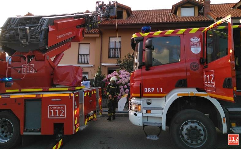 Bomberos del Gobierno extinguen un incendio en un chalet en Comillas