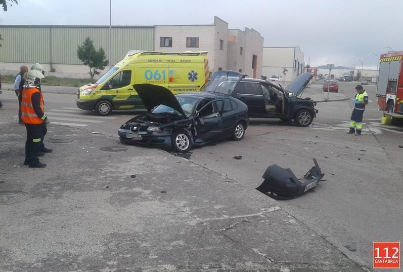 Dos vehículos colisionan en el polígono industrial La Vega de Reinosa