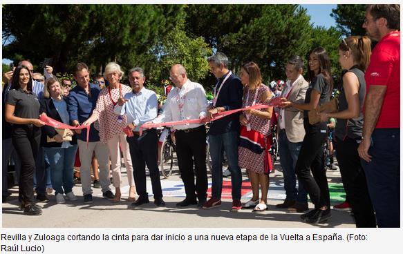 Revilla y Zuloaga cortando la cinta para dar inicio a una nueva etapa de la Vuelta a España. (Foto: Raúl Lucio)