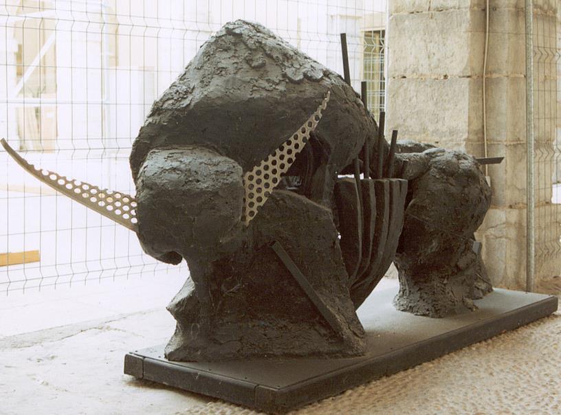 El Parlamento recupera el bisonte del escultor González de la Vega