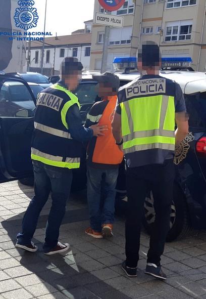 La Policía Nacional detiene a un hombre por un delito de trata de seres humanos y libera a su víctima