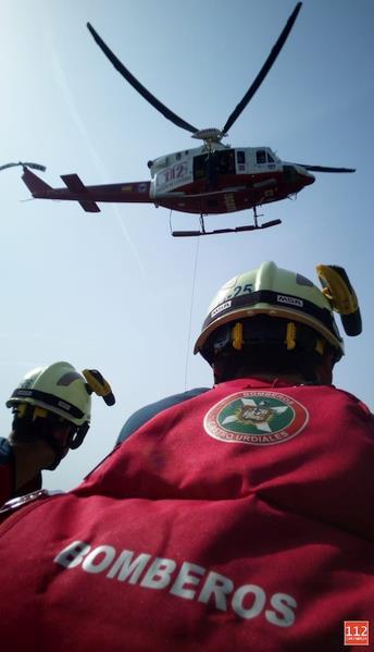 El helicóptero del Gobierno evacua a un hombre en el monte Candina, en Liendo