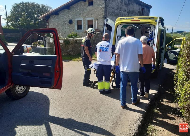 Bomberos de Emergencias Cantabria 112 evacuan a un hombre de 75 años de una senda de la ruta de los Acantilados, en San Vicente de la Barquera