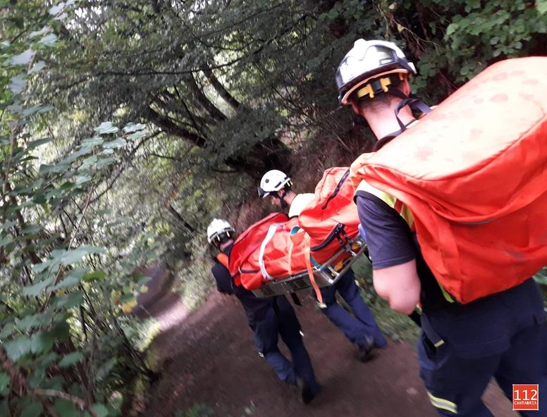 Bomberos de Emergencias Cantabria 112 rescatan a una mujer en Vega Naranco (Camaleño)
