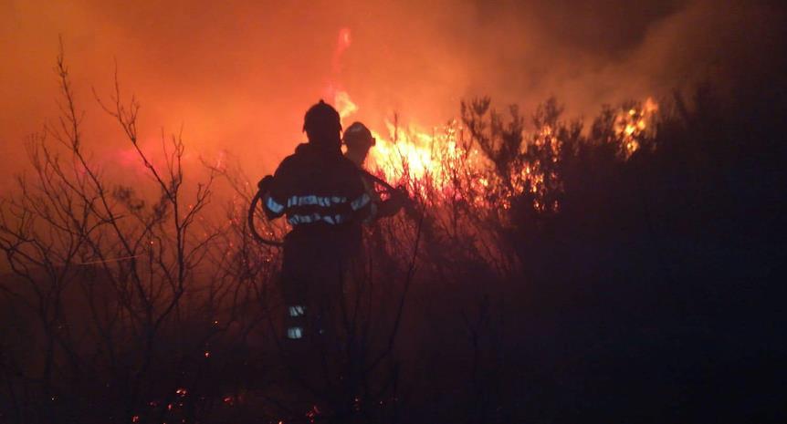 Las fotografías, de la Oficina de Comunicación del Gobierno de Cantabria, son del incendio en la madrugada de hoy en Mata de la Hoz (Valdeolea)