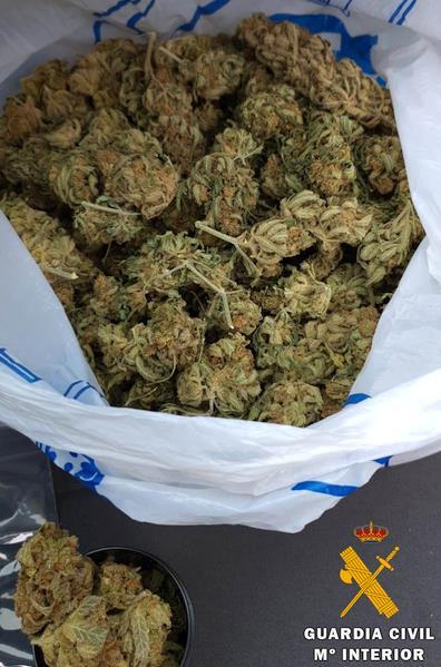 Auxiliado en carretera por la Guardia Civil, que le detuvo después con 200 gramos de marihuana