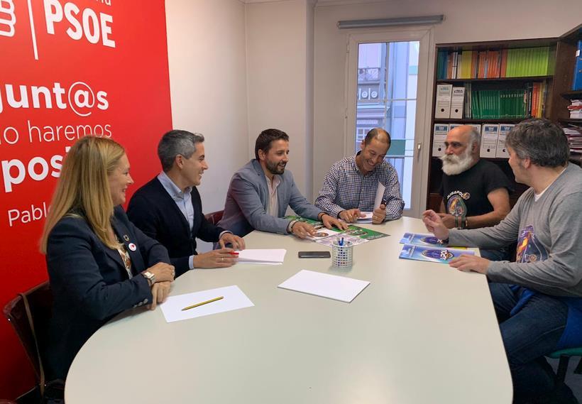 En la imagen, reunidos con el PSOE - JUSAPOL espera que el compromiso de los partidos cántabros con la equiparación salarial de Policía y Guardia Civil 'sea sincero y no engañoso'