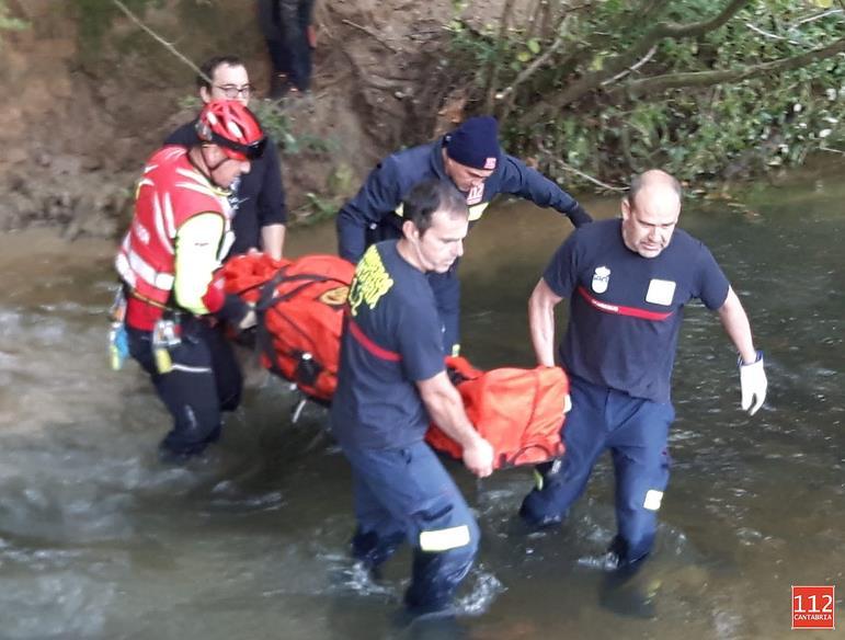 Efectivos de Emergencias del Gobierno evacuan a un senderista en una pista forestal de camino a la Cueva del Canónigo en La Cavada (Riotuerto)