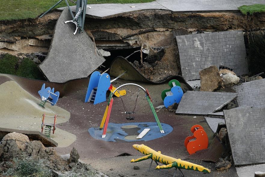 Restos del parque infantil sobre el aparcamiento de Nueva Montaña - Foto: David Laguillo / CANTABRIA DIARIO