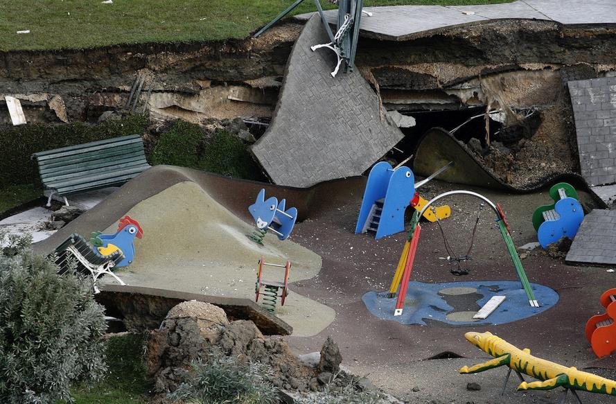 Restos del parque infantil sobre el aparcamiento de Nueva Montaña
