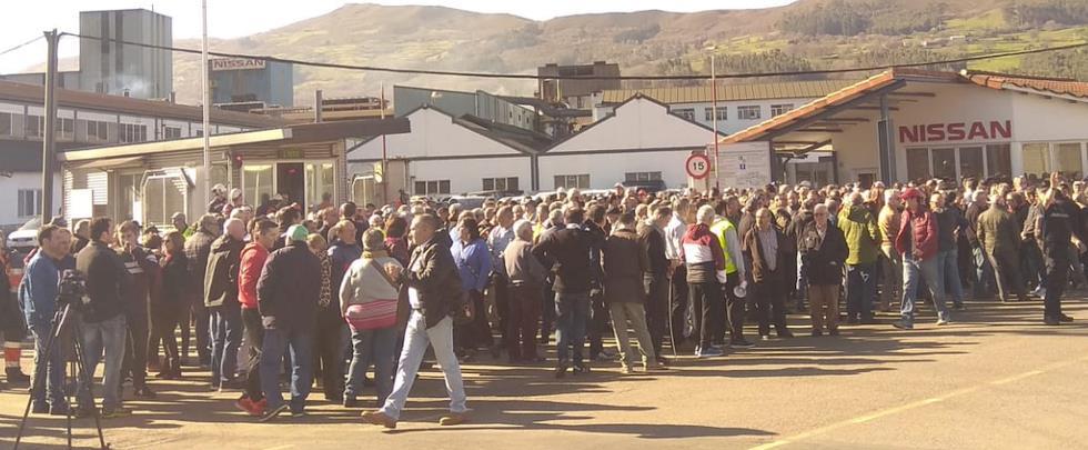 -La plantilla de Nissan se ha concentrado hoy, a las puertas de la factoría de Los Corrales de Buelna