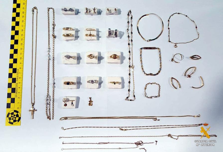 La Guardia Civil entrega 44 piezas de joyería intervenidas a un grupo criminal detenido en enero