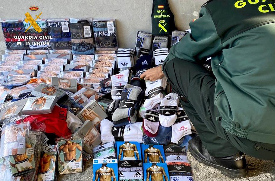 La Guardia Civil interviene más de 1.000 prendas falsificadas para su venta en el mercadillo de Colindres