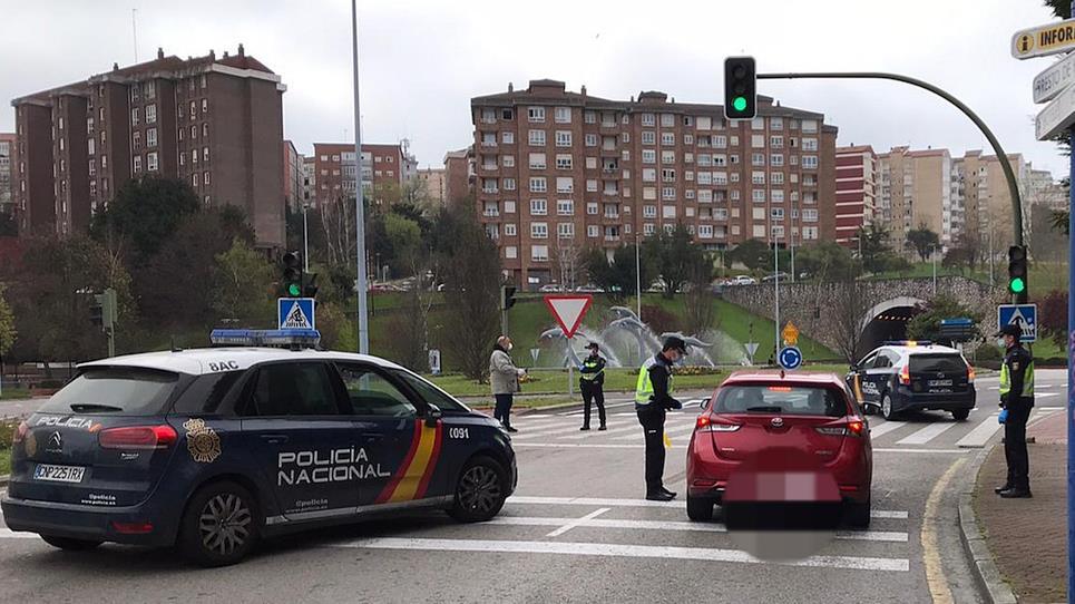 En la imagen un control policial en Santander para evitar desplazamientos innecesarios