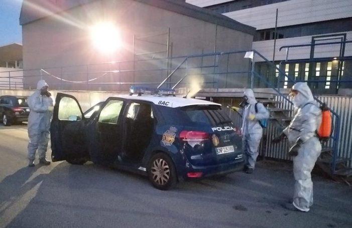 Efectivos de TEDAX desinfectan vehículos y zonas de la Jefatura de Policía de Santander