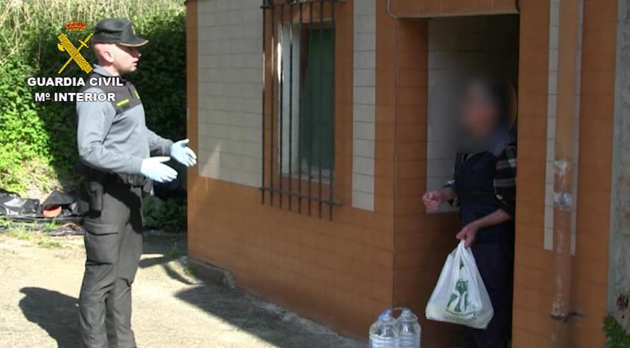 La Guardia Civil entrega comida a un vecino aislado en un pequeño pueblo de Cabrales (Asturias)
