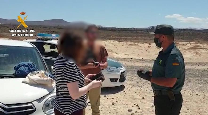 Denunciada una pareja de turistas italianos que paseaba por la playa en Fuerteventura