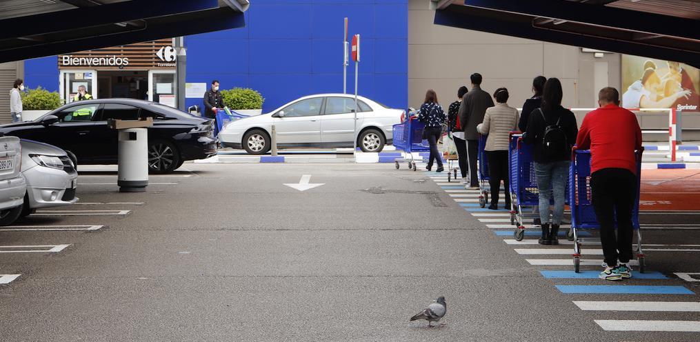 En la imagen, cola a la entrada de un establecimiento comercial - Cantabria fue la comunidad donde más se incrementó la compra de alimentos del 6 al 12 de abril