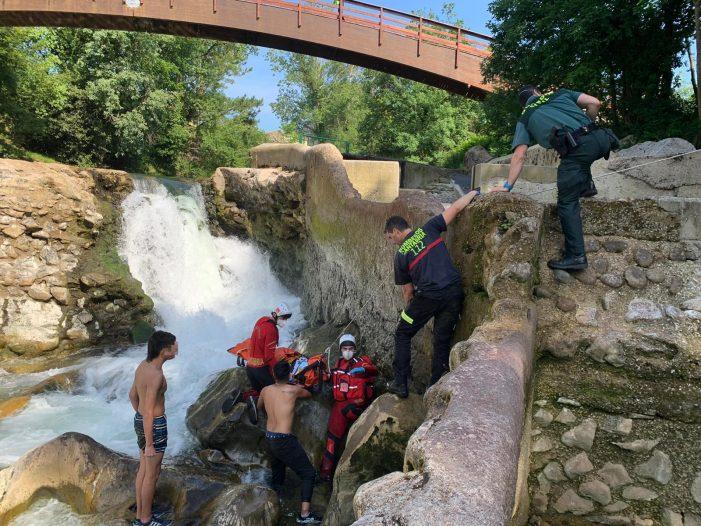 Herida una mujer tras caer desde una altura de tres metros en el cauce del Pas en Puente Viesgo