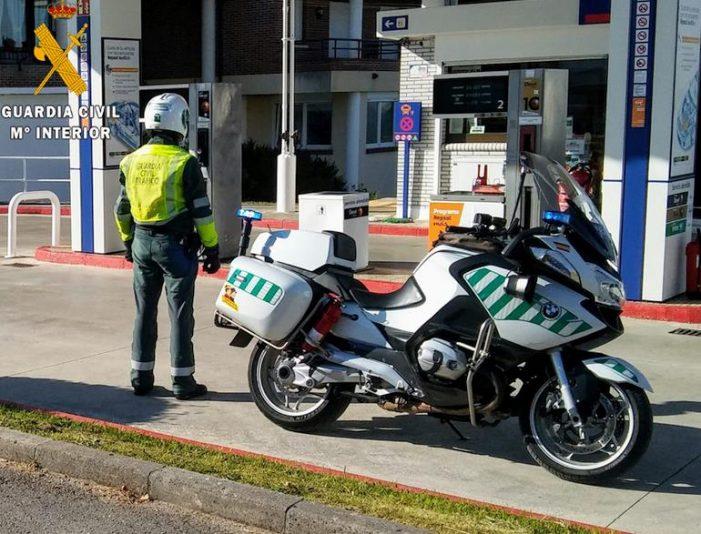 La Guardia Civil detiene a un hombre que intentó sustraer la caja registradora de una gasolinera y huyó en un coche robado