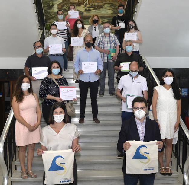 Gema Igual entrega los diplomas a los veintiún participantes de las Lanzaderas de Empleo de Santander