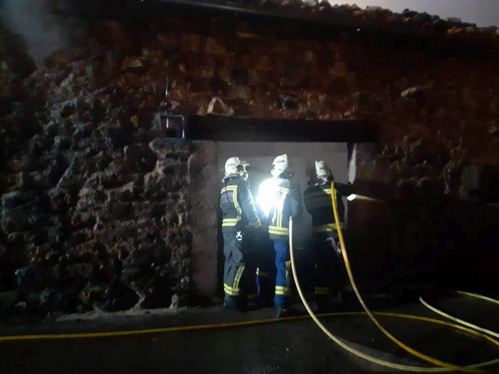 Bomberos del 112 extinguen un incendio declarado en dos cuadras de Rionansa