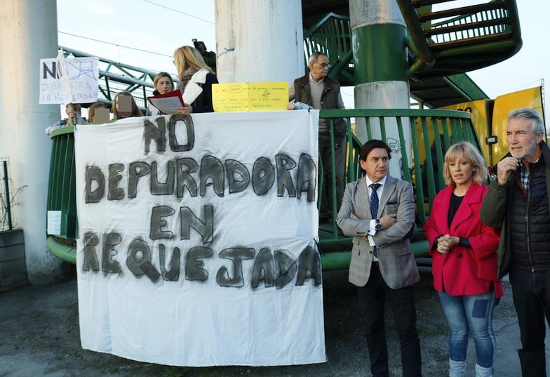 En la imagen de archivo de marzo de 2019, la alcaldesa de Polanco Rosa Díez lidera la concentración contra la depuradora en la isla de Monti en Requejada
