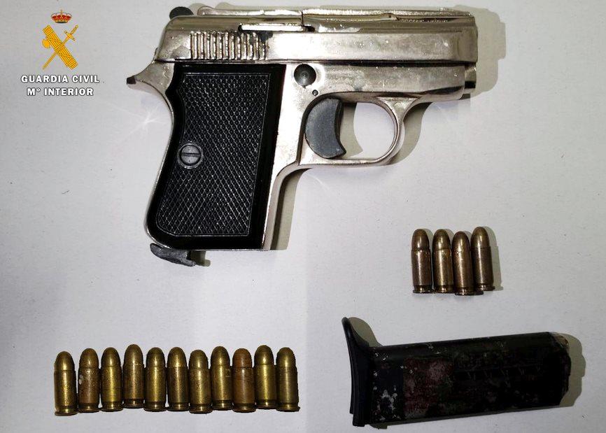 La Guardia Civil detiene en Fombellida a un hombre tras arrojar una pistola a la basura