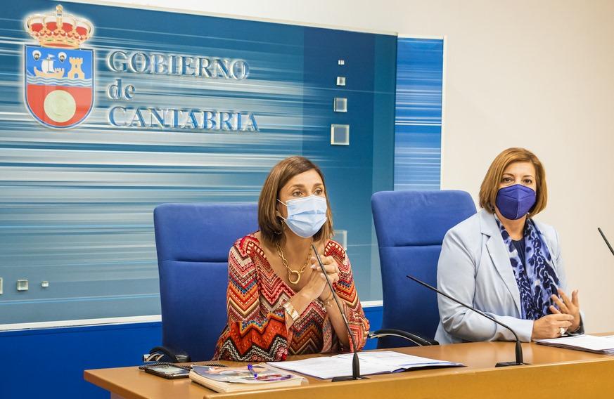 La consejera de Presidencia, Paula Fernández Viaña, acompañada de la directora general de Administración Local, Rosa Valdés